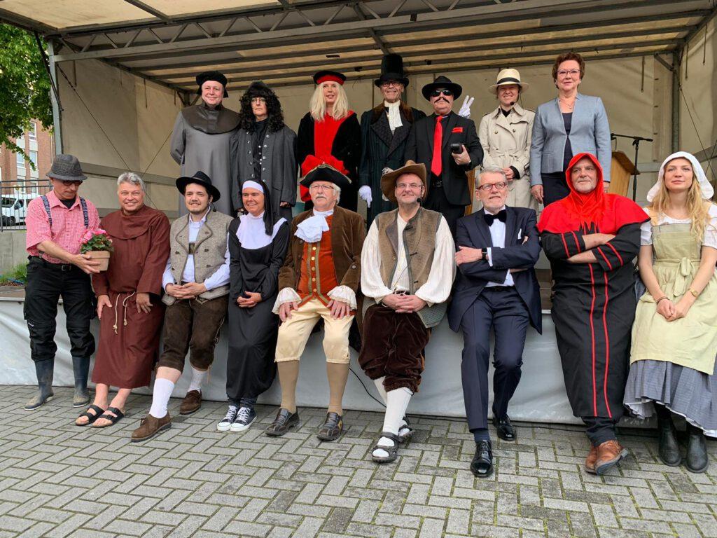 Gruppenfoto der Darstellerinnen und Darsteller beim Vogtgeding im Jahr 2019